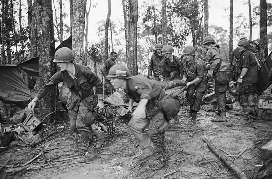 Một thương binh Mỹ được đưa từ chiến tuyến về trạm cứu thương ở Đồi Thịt Băm, 18/5/1969.