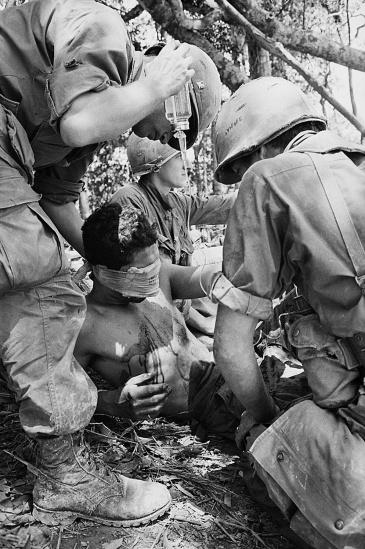 Lính cứu thương Mỹ chăm sóc cho đồng đội bị thương do trúng mảnh lựu đạn cầm tay trên Đồi Thịt Băm, ngày 18/5/1969.