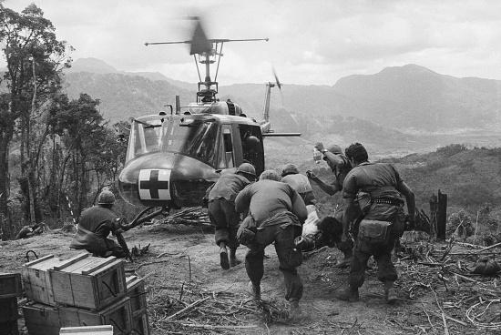 Thương binh Mỹ được đưa đến một chiếc trực thăng cứu thương UH-1 trong cuộc chiến ở Đồi Thịt Băm, 18/5/1969.