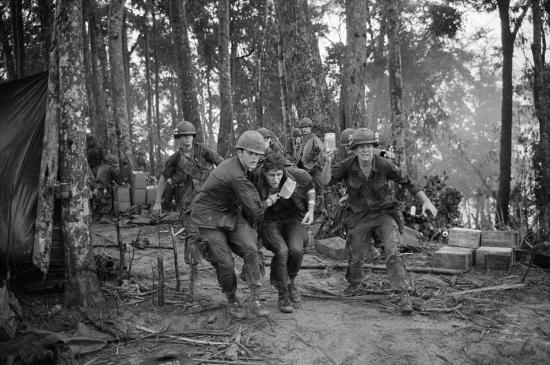 Một binh sĩ Mỹ bị thương nhẹ được dìu đến một chiếc trực thăng để di tản giữa cuộc giao tranh ở Đồi Thịt Băm, ngày 19/5/1969.