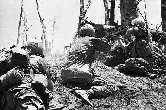 Binh lính Sư đoàn Không vận 101 của Mỹ nã đạn về một vị trí của quân Giải phóng gần đỉnh Đồi Thịt Băm ngày 20/5/1969 - ngày quân Mỹ chiếm được điểm cao chiến lược này.