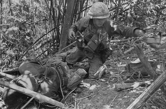 Một binh sĩ Mỹ bị thương nặng sau vụ nổ từ một quả rocket của quân Giải phóng trên Đồi Thịt Băm ngày 20/5/1969. Một binh sĩ khác thiệt mạng tại chỗ trong diễn biến này.