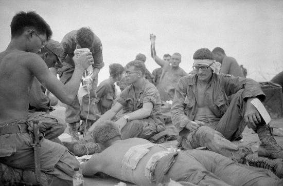Lính Mỹ bị thương được chăm sóc y tế trong lúc chờ trực thăng di tản khỏi Đồi Thịt Băm, 20/5/1969.
