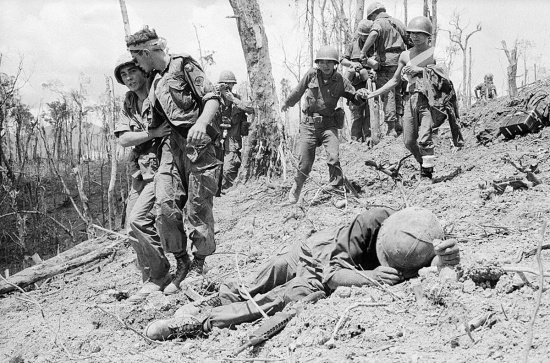 Binh sĩ Mỹ và binh lính Sài Gòn bị thương được đưa xuống từ đỉnh Đồi Thịt Băm, 21/5/1969.