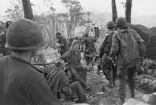 Thương binh của Sư đoàn Không vận 101 Mỹ chuẩn bị được đưa lên trực thăng y tế để rời khỏi Đồi Thịt Băm, ngày 24/5/1969.