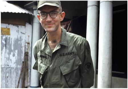 Chú thích của Steve Brown trên Flickr cá nhân của mình về bức ảnh: Đây là tôi, một anh lính. Lúc này tôi đang phục vụ ở sân bay Phú Bài (Huế). Tôi đã ở đây khoảng nửa năm trong quãng thời gian thực hiện nhiệm vụ ở Việt Nam. Đố bạn biết ai đã chụp bức ảnh này? Hãy xem bức ảnh tiếp theo, và bạn sẽ rõ.