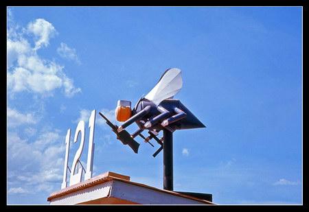 """Chú thích của Steve Brown trên Flickr cá nhân của mình về bức ảnh: Con """"ong biển"""" ngộ nghĩnh này là vật trang trí trên tòa nhà trụ sở chính của lực lượng Seabeas (Công binh hải quân Mỹ) , trực thuộc Sư đoàn Thủy quân lục chiến số 3."""