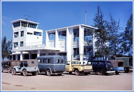 Chú thích của Steve Brown trên Flickr cá nhân của mình về bức ảnh: Nhà ga của sân bay Phú Bài (Huế), nằm trên đường tới đơn vị của tôi. Sân bay này ngày nay đã trở thành một sân bay quốc tế hiện đại của miền Trung Việt Nam.