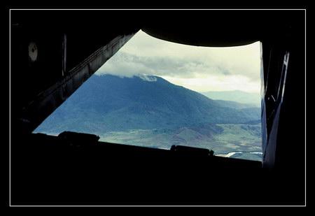 Chú thích của Steve Brown trên Flickr cá nhân của mình về bức ảnh: Tôi chụp bức ảnh này trên một chuyến bay vận chuyển hàng hóa của Không quân Mỹ từ Phú Bài đến Đà Nẵng. Tôi ngồi ở hàng ghế cuối cùng (ở hầm hàng). Khi cánh cửa đuôi máy bay mở ra trong một thời gian ngắn, tôi không bỏ lỡ cơ hội để chụp một bức ảnh từ trên cao. Tôi cảm thấy thật may mắn, vì chỉ 30 giây sau cảnh cửa đã đóng lại.