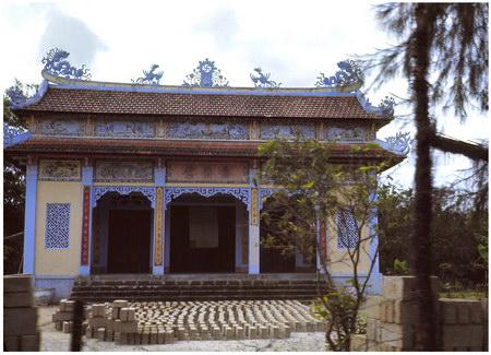 Chú thích của Steve Brown trên Flickr cá nhân của mình về bức ảnh: Ngôi chùa Phật giáo được trang trí công phu này nằm trên Quốc lộ 1, cách căn cứ của chúng tôi 3 dặm về phía Nam. Tôi chụp bức ảnh khi đang ngồi trên một chiếc xe jeep.
