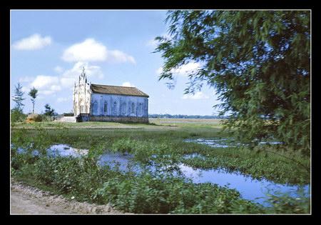Chú thích của Steve Brown trên Flickr cá nhân của mình về bức ảnh: Đây là một nhà thờ nhỏ ở vùng nông thôn, cách căn cứ quân sự Phú Bài vài dặm về phía Nam. Tôi phục vụ tại Phú Bài trong khoảng 6 tháng.