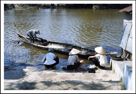 Chú thích của Steve Brown trên Flickr cá nhân của mình về bức ảnh: Những người phụ nữ Việt Nam đang giặt đồ bên một bến sông ở Thủy Phú, một ngôi làng nhỏ nằm dọc theo đường Quốc lộ 1, cách thành phố Huế khoảng 12 dặm về phía Nam. Ảnh chụp cuối năm 1967.