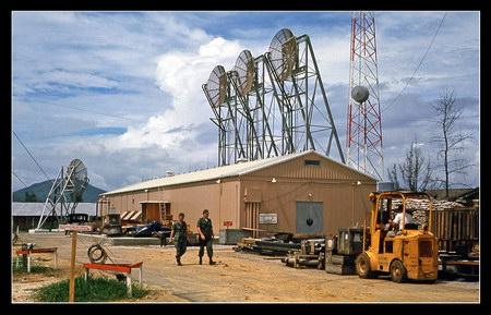 Chú thích của Steve Brown trên Flickr cá nhân của mình về bức ảnh: Đây là trạm thu phát tín hiệu trong căn cứ của tôi. Tại đây, chúng tôi tiến hành những công việc rất phức tạp liên quan đến thông tin liên lạc đường dài, kết nối các căn cứ khác nhau ở miền Nam Việt Nam. Hệ thống này được thiết kế bởi các kỹ sư thông tin đến từ Alexandria, Virginia.  Bên cạnh tòa nhà chứa các trang thiết bị quan trọng, được gọi là nhà EE này, còn có cả một kho nhiên liệu và một máy phát điện rất lớn để duy trì hoạt động tiêu tốn rất nhiều năng lượng của nó. Chúng tôi đã thua trong cuộc chiến không phải vì công nghệ kém.