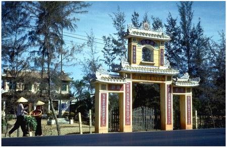 Chú thích của Steve Brown trên Flickr cá nhân của mình về bức ảnh: Một cánh cổng mang phong cách kiến trúc Á Đông ở Đà Nẵng. Cảnh cổng đáng yêu này nằm trên bán đảo giữa sông Hàn và biển Đông (Sơn Trà). Có rất nhiều cơ sở quân sự trên bán đảo. Bức ảnh này được tôi chụp trên đường về căn cứ trên núi Khỉ, nơi tôi đóng quân trong 6 tuần.