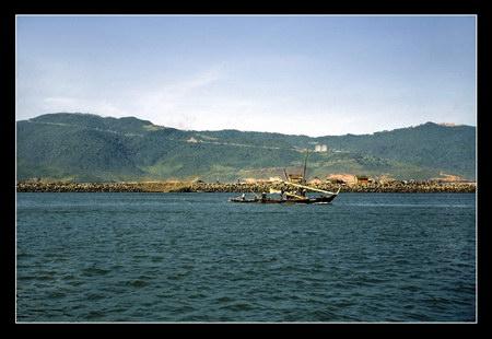 Chú thích của Steve Brown trên Flickr cá nhân của mình về bức ảnh: Tôi chụp bức ảnh này trên sông Đà Nẵng từ một tàu đổ bộ của Hải quân Mỹ, khi chúng tôi di chuyển từ Đà Nẵng đến Phú Bài, gần Huế. Núi Khỉ nằm bên bờ sông, nếu nhìn kỹ bạn có thể thấy hai chảo ăng-ten lớn của căn cứ thông tin liên lạc trên núi. Đó chính là nơi tôi đóng quân trong 6 tuần.