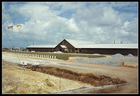 Chú thích của Steve Brown trên Flickr cá nhân của mình về bức ảnh: Đây là đại bản doanh của Lữ đoàn Thủy quân lục chiến số 3 tại căn cứ lớn ở Phú Bài, cách thành phố Huế khoảng 9 dặm về phía Nam. Trong nửa sau của năm 1967, tôi phục vụ trong căn cứ thông tin liên lạc nằm liền kề với sư đoàn này.