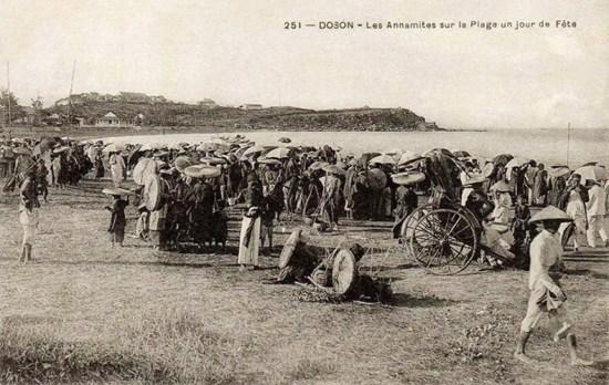 Người dân tập trung trên bãi biển Đồ Sơn trong một ngày nghỉ lễ.