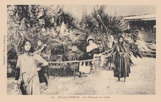 Những phụ nữ Việt khiêng ghế kiệu cho bà đầm người Pháp.