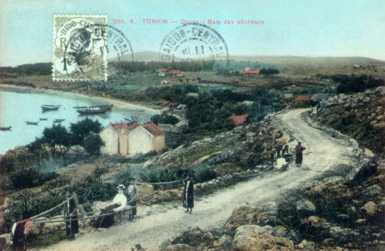 Quý bà người Pháp đi dạo bằng ghế kiệu trên con đường ven biển Đồ Sơn.