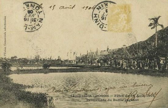 Đám rước trong lễ hội chọi trâu năm 1906.