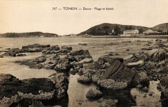 Bãi biển Đồ Sơn với khách sạn và nhà thờ ở phía xa.