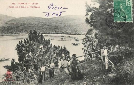 Ông quan người Pháp khám phá một quả núi ở Đồ Sơn trên ghế kiệu do những người phụ nữ bản địa khiêng