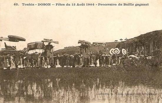 Đám rước trong lễ hội chọi trâu Đồ Sơn năm 1904.
