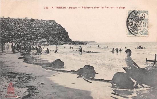 Ngư dân kéo lưới trên bãi biển.