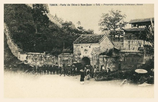 Trong một thời kỳ dài, đường biên giới giữa Việt Nam và Trung Quốc đã đi qua Ải Nam Quan. Ảnh: Một phái đoàn nhà Thanh đi qua cửa ải Nam Quan tiến vào đất Việt Nam.