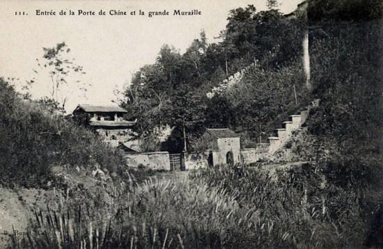 Sau chiến tranh, phía Việt Nam và nhà Thanh đã xây hai cánh cổng đối diện nhau ở Ải Nam Quan. Trong ảnh, cánh cổng nhỏ (bên phải) là của Việt Nam, cánh cổng lớn (bên trái) là của nhà Thanh.