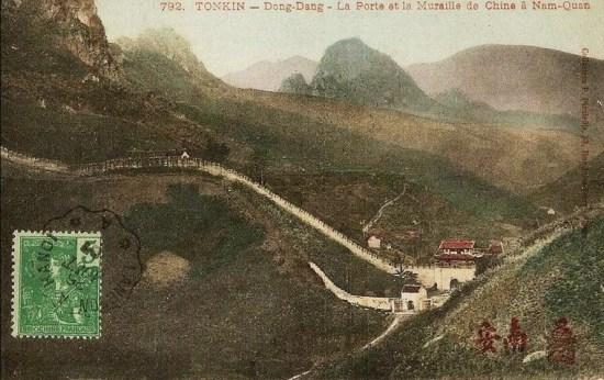 Địa danh này được biết đến từ thời Hán, với tên gọi ban đầu là Ung Kê Quan. Về sau, Ung Kê Quan được người Trung Quốc đổi tên thành Đại Nam Quan và Giới Thủ Quan. Ảnh: Cửa ải và tường thành tại Ải Nam Quan cuối thế kỷ 19.