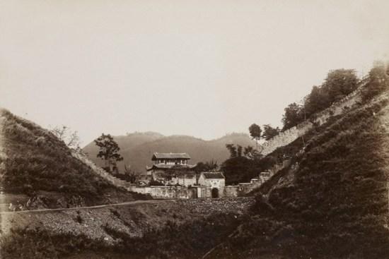 Ải Nam Quan là tên gọi trong sử sách Việt Nam về một địa danh lịch sử cũng như một công trình kiến trúc nằm trên đường biên giới Việt Nam - Trung Quốc. Ảnh: Các công trình tại khu vực Ải Quan Quan năm 1896.
