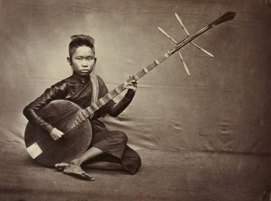 Thiếu nữ Campuchia chơi đàn Chapey.
