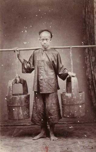 Một người Hoa gánh nước.