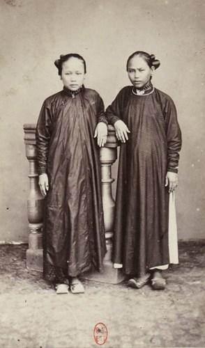 Người mẹ và con gái trogn một gia đình An Nam khá giả.