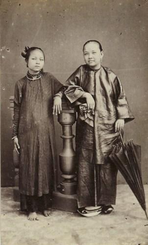 Một phụ nữ An Nam (trái) đứng cạnh phụ nữ người Hoa.