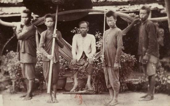 Một người Campuchia giàu có ngồi trên võng 4 người khiêng.