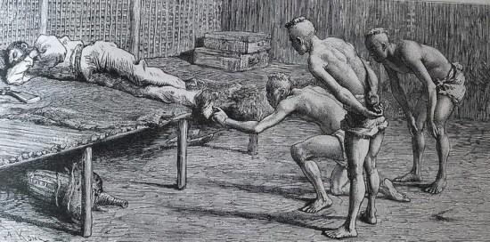 Những người Khơ Mú tò mò trước đôi giày của người Pháp.