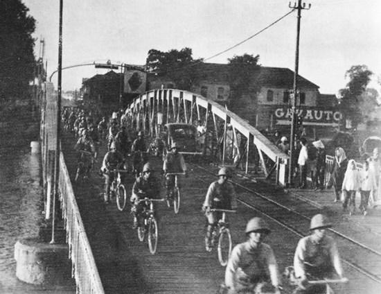 Binh lính Nhật Bản hành quân trên đường phố Sài Gòn.