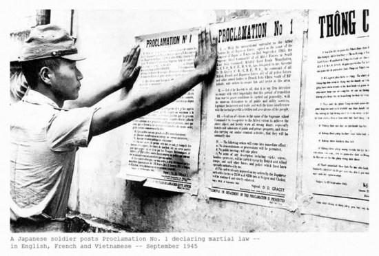 Lính Nhật dán bản thông cáo về tình trạng thiết quân luật vào tháng 9/1945.