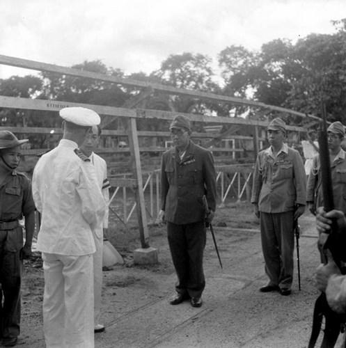 Sĩ quan Scott-Bell của Hải quân Hoàng gia Anh đối thoại với Đô đốc Kondo của Nhật Bản thông qua một thông dịch viên sau khi quân Đồng minh tái chiếm Sài Gòn.