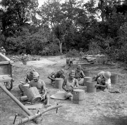 Tù binh Nhật Bản đang làm những thùng đựng nước bằng gỗ trong trại tù binh Vũng Tàu, nơi giam giữ 38.500 tù binh Nhật ở Đông Dương. Ảnh: Internet.