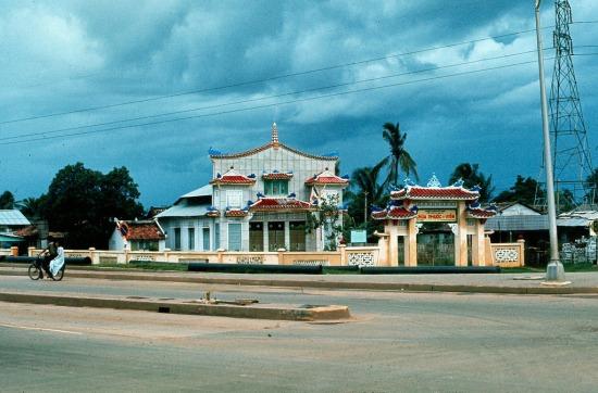 Đó là chùa Phước Viên nằm ở ngã tư Hàng Xanh (ngã tư Xô Viết Nghệ Tĩnh - Điện Biên Phủ, quận Bình Thạnh ngày nay). Ảnh: Ed Sutkas, 1965.