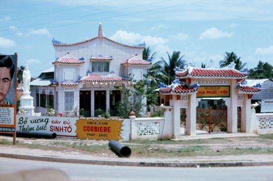 Ngôi chùa này được sáng lập từ năm 1928, cho đến thập niên 1960 vẫn là một ngôi chùa nhỏ ít tiếng tăm. Ảnh: Jerry Cecil, 1965.