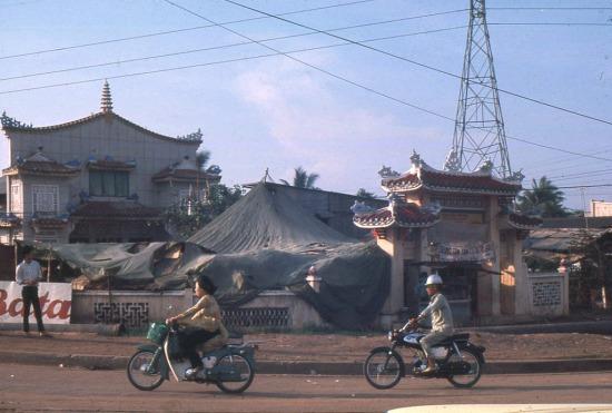 """Tuy vậy, vị trí """"đắc địa"""" ngay giữa ngã tư Hàng Xanh - một giao lộ quan trọng bậc nhất Sài Gòn - khiến ngôi chùa vô tình lọt vào """"mắt xanh"""" của nhiều lính Mỹ. Ảnh chụp năm 1967."""