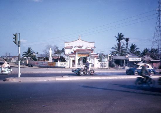Giao lộ Hàng Xanh vốn là nơi rất nhiều đoàn xe quân sự của Mỹ đi qua mỗi ngày, và nét kiến trúc phương Động độc đáo nổi bật của chùa Phước Viên khiến ngôi chùa trở thành một dấu mốc địa lý rất dễ nhận biết đối với lính Mỹ. Ảnh: John Hentz, 1965.