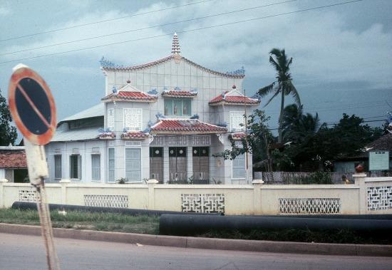 Trong giai đoạn chiến tranh Việt Nam, ở Sài Gòn có một ngôi chùa không có gì đặc biệt, nhưng lại được rất nhiều lính Mỹ chụp hình. Ảnh: Gary Mathews, 1965.
