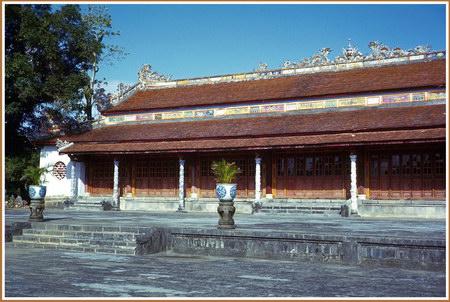 Chú thích của Steve Brown trên Flickr cá nhân của mình về bức ảnh: Điện Thái Hòa ở Huế là nơi hoàng đế đón tiếp các chức sắc khi ngồi trên ngai vàng của mình. Nơi tôi đang đứng là sân Đại triều, nơi các quan lại đứng xếp hàng khi yết kiến nhà vua.