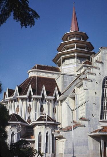 Những góc nhìn khác về nhà thờ đồ sộ trên.