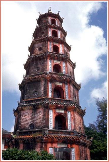 Chú thích của Steve Brown trên Flickr cá nhân của mình về bức ảnh: Ngọn Tháp này được xây dựng vào năm 1844 tại chùa Thiên Mụ, nằm bên bờ sông Hương, cách thành phố Huế 3 dặm về phía Tây.